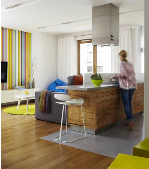 A bancada atrás do sofá, divide a área da cozinha com o ambiente de estar.