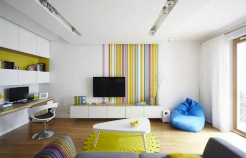 Vejam que bacana estas listras na parede da TV. Voce pode fazer com adesivo ou pintando as listras na parede.