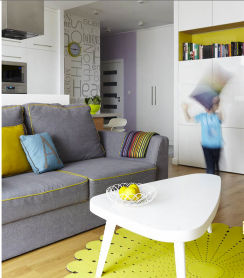 Um tapete colorido completa a decoração. Este tom de amarelo ou verde cítrico é super moderno e esta bem em alta!