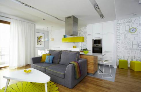 O balcão atrás do sofá divide a cozinha do ambiente de TV