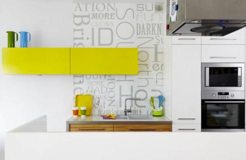 """Na parede de fundo da cozinha foi adesivado uma imagem de """"texto"""", para garantir a durabilidade sobre a pia , revestiu-se sobre o adesivo com vidro transparente."""