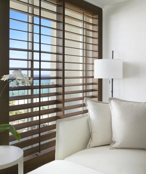 """As persianas em madeira são super charmosas, mas não são indicadas para portas de passagem, por serem mais """"complicadas"""" de levantar..."""