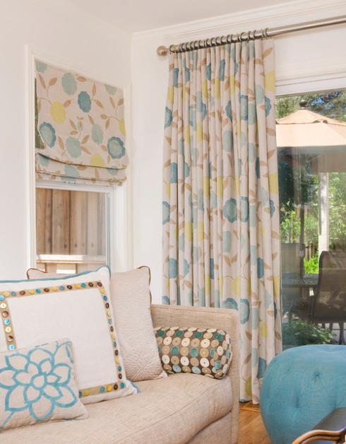 Na verdade as cortinas franzidas são bastante práticas para portas janelas, em tecido estampado decora o ambiente.