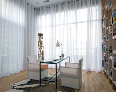 Uma versão mais moderna da cortina de voil  é este modeo com ileos(que são argolas embutidas no tecido) que correm em um varão cromado.
