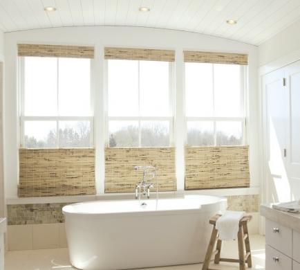 Existem uma infinidade de acabamentos para as cortinas Rolô, inclusivel materiais naturais como palhas e similares.