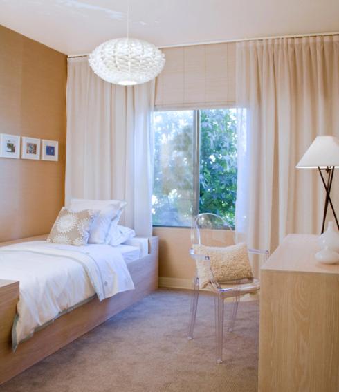 As cortinas franzidas com tecido mais pesado podem ser utilizadas como chales.