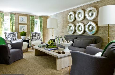 sobre o sofa, conjunto de vários espelhos.
