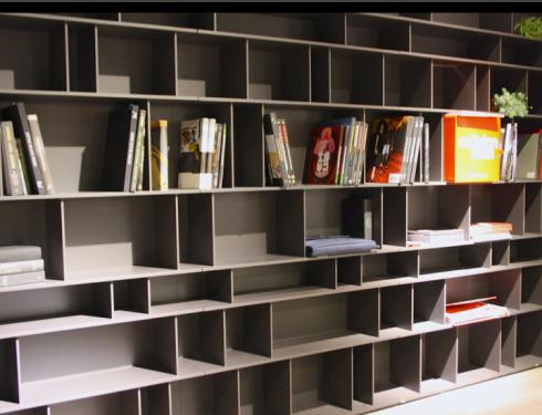 As prateleiras podem ter divisórias, para facilitar na hora de apoiar os livros.