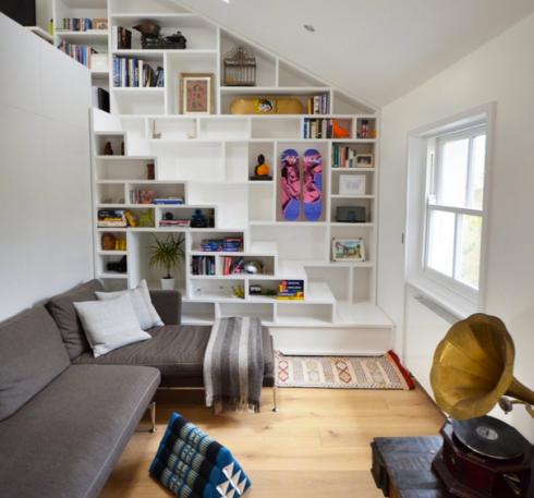 aproveitar o espaço da escada para uma biblioteca