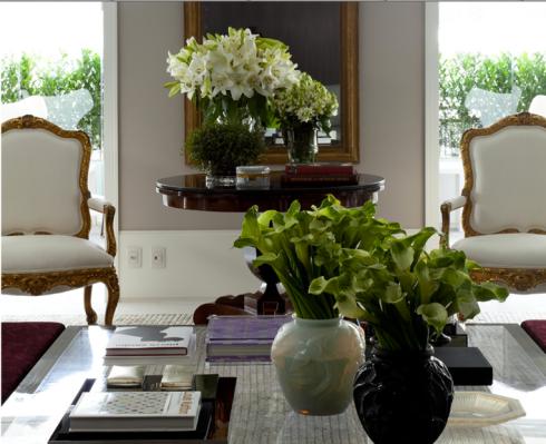 Se você não quer ter vasos plantados, experimente criar arranjos, neste projeto do arquiteto Roberto Migotto os vasos estão impecáveis, copos de leite verde e lirios!