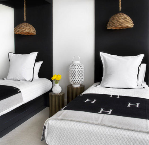 pintar uma faixa do tamanho de cada cama, já dá uma diferenciada no decor!