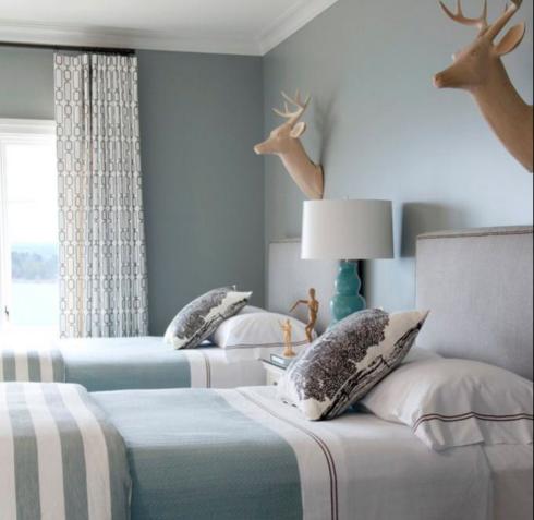 paredes e colchas no mesmo tom, cores suaves sofisticam o ambiente.