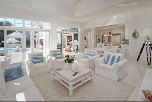 """Sofás com capas brancas, não tem erro, tem a """"cara da praia"""" além de ser super prático!"""