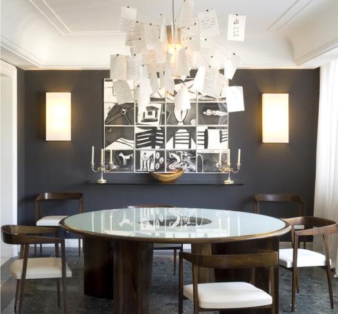 Utilizar cor escura na parede de fundo da sala,cria um fundo, como no projeto de Rosa May.