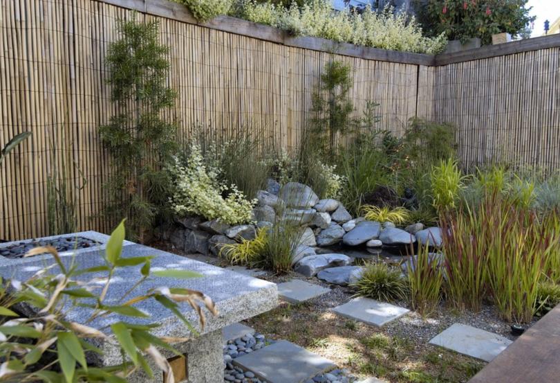 """revestir os muros com bambus, existe no mercado como uma forma de """"esteira"""", bem fácil de instalar!"""