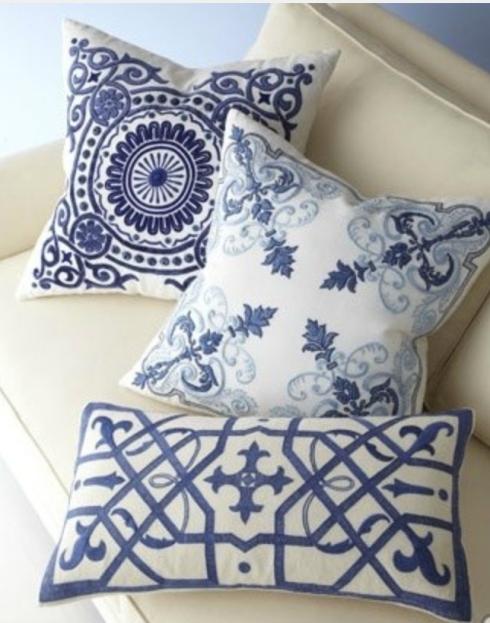 almofadas azul e branco