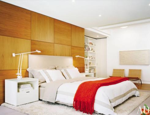 Painel em madeira na cabeceira da cama.