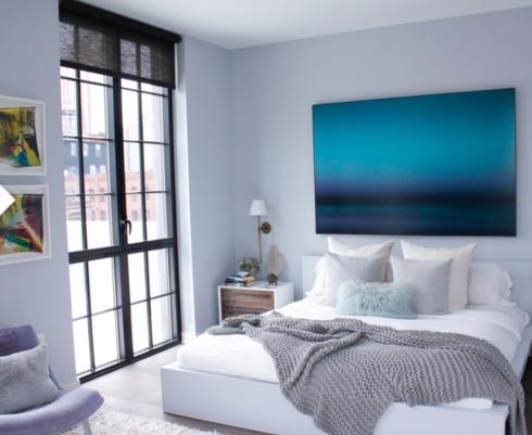 Uma super tela colorida preenche a parede de fundo.