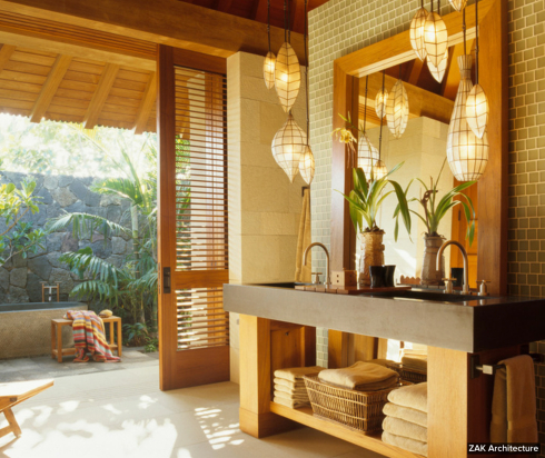 de estilo bem natural este banheiro com detalhes em pedra e madeira.